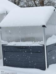 Hochbeet mit Dach im Winter