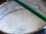 Milch mit Holunderblüten Holundermilch