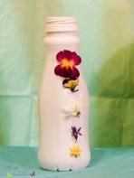 Basteln Plastikflaschen Deko Landliebe Blumen Blüten aufkleben